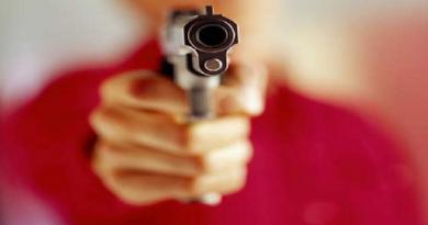 बेटी को इशारे करते देख पिता ने खोया आपा, प्रेमी और बेटी को भी मारी गोली