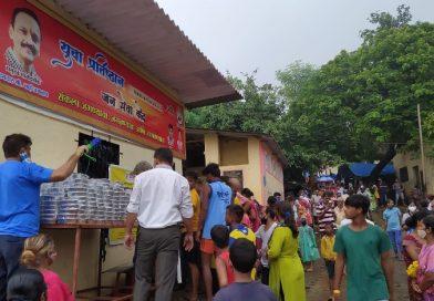 युवा प्रतिष्ठान ने राशनकिट वितरित कर गरीबों को कराया भोजन, आरे कालोनी और दुर्गानगर में हुआ कार्यक्रम